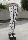 本季倾巢出动的是印花紧身裤和配套单品,而皮革慢跑裤也成为了一款流行的趋势性单品。