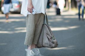 阔腿裤依然是时尚搭配的主流,以50年代的高腰和柔和褶皱为特色。休闲的家居裤为高品质的运动裤增添了时尚感。 大码篮球短裤令人联想起90年代的滑板服,以随性的比例、细洁的面料和极简的暗色调打造可行的混合运动风。 背带工装裤成为日益风靡的工装款式,通过优质的细节或搭配青年布衬衫提升品质,连身工装因短袖款式和水洗表面而焕发新意。 航海度假主题开始盛行:潮流感的深靛蓝牛仔裤和白色的卷边形成对比,高品质棉制的里格特卡其裤以黑白粗条纹为特色。
