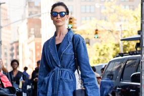 系带牛仔装-风格 紧系、围裹和打结:长款夹克和衬衫都采用了这种款式,选用轻薄的牛仔布和天丝棉混纺,剪裁成夸张的廓形。廓形从便服、西装风格,到纽扣式的套头衬衫不等,色彩则为饱和的深靛蓝色。一些款式可以搭配匹配的牛仔裤,以此平衡造型。