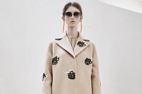 随着设计师对于当代花卉设计的推陈出新,花朵印花或图案零星地散落在连衣裙和外套上。所有类型的工艺浮出水面,从亮片装饰到拼接皮草。Christopher Kane 和Chanel勾勒的花朵轮廓感觉最为新颖,花朵都简化到了最简形式。