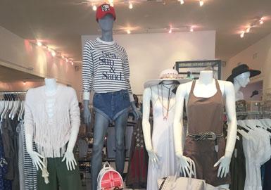 正如去年《纽约&汉普顿斯零售清单》所提到的,改良基础单品是美国度假装的核心。James Perse, Theory和Michael Stars等零售商都供应这些日常的奢侈品,有必备款的羊绒外衣和开衫、针织连衣裙以及中性色的T恤。ATM和Jenni Kayne这些临时店铺抓住了这一商机,在东部和南汉普顿斯都开了店铺,Jenni Kayne七月份还将在纽波特海滩开店。