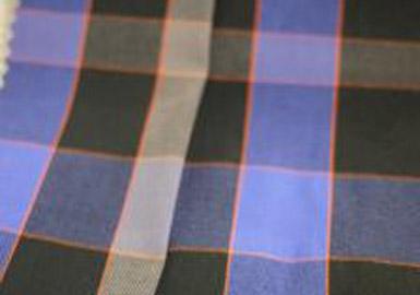 衬衫和下装成为打造户外风款式的重要单品,呈现出休闲风款式和柔软质感。这种休闲风单品面料利用防紫外线、驱虫及去味等高性能附加的特性打造。