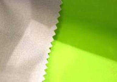 本季镶边或层压三层面料注重轻盈、柔和处理及天然感的设计,而它们呈现出高性能和多用途的特性。