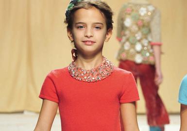廓形和顺色造型成为女童装展会的重点所在,长绒毛皮草和羽毛为季节性经典单品赋予新意。