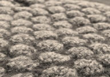 通过对自然世界宏观景象的探索研究,受原子、细胞和离子的形状和形式的启发,针法和色彩组合有种电脑合成的感觉。数学对称方法和合成纱线的组合创造出哑光和闪光的双面织物,缩绒后的羊绒更彰显新颖和时尚奢华。