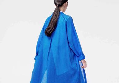 台湾设计师品牌 -- TRAN 泉成立于2013年,由一二三(李长益)和江吉米 (江衍廷)共同创立。 品牌致力于以实在的价格提供消费者时尚服饰,如泉般流入生活,除去多余剪裁,极简而利落建构对细节的执着,以及对面料质感的苛求,洗练成新颖的穿着体验。 本季系列依旧沿用黑白为主色调,天然材质为主搭配少量运动面料,突出舒适的运动感。