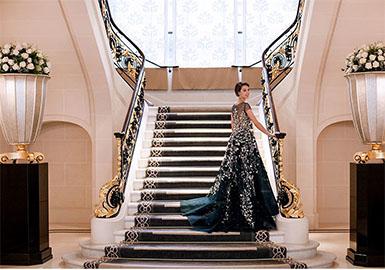 乔治斯·荷拜卡  是来自黎巴嫩的高级定制礼服品牌,由设计师乔治斯·荷拜卡 (Georges Hobeika) 创建于1995年。 设计师乔治斯·荷拜卡 (Georges Hobeika) 深受定制时装客户、新娘、明星和成衣顾客的喜爱。如今,Georges Hobeika已经拥有与日俱增的时装客户群,成功创建旗下的三条成衣时装线,包括:Georges Hobeika Bridal,Georges Hobeika Signature (高级定制、婚纱、奢华晚礼服) 和GH by Georges Hobeika (休闲日装为主) 。