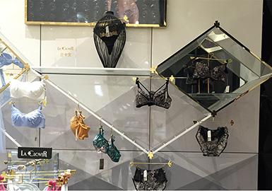 "LA CLOVER—个源自意大利、专为中国精英女性设计的高端内衣品牌,LA CLOVER品牌的寓意既 ""幸福降临""。她是一种幸运的象征,是对一切爱的渴望,其产品既表现出意大利的热情与性感,又包含有中国特有优质面料。LA CLOVER品牌的寓意就是幸福降临;将她奢华、性感、个性的独特风情更淋漓尽现,为所有时尚、自信、懂得呵护自己的女人尽情诠释魅力的精彩。"