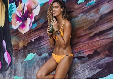 西班牙泳装品牌的风格特点与西班牙人开朗,热情的性格紧密相连。简约、性感的廓形剪裁,精致的面料,强烈色彩的印花,实现了本地人的舒适、性感,热情的穿衣理念。