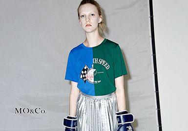 在剧热播期间让网友扼腕叹息的小蚯蚓杨紫,最近也选择了连体裤作为街拍利器。鲜艳的MO&Co.中国红连体裤搭配马丁靴和设计感十足的墨镜,摩登感十足。
