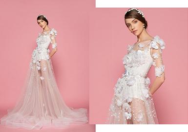 根据礼服本身色彩搭配不同色彩的枝叶感钉珠在礼服局部做装饰,树叶象征生机,使用在礼服上也能展现女性的年轻,活泼。