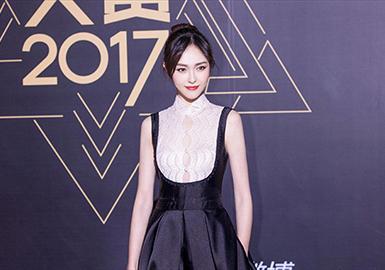 《腾讯视频星光大赏》是腾讯视频的娱乐活动,拥有年度最受欢迎电视剧男女演员、年度大势电视剧男女演员、年度新锐电视剧男女演员、最受欢迎电影男女演员、最受欢迎男MC、年度综艺之星等多项荣誉。在今天的星光大赏中,群星齐聚。于12月3号在北京举行,此时的北京可以说真正进入寒冬了,但明星们仍然顶着瑟瑟的寒意在星光大赏的舞台上争奇斗艳,所有的女星几乎清一色的穿着裙装,每个人的造型都十分的养眼,谁的造型才更胜出呢?