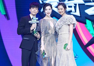 """""""2018爱奇艺尖叫之夜""""将于2017年12月3日在北京举行。""""尖叫之夜""""是爱奇艺一年一度的青春时尚娱乐活动,迄今已经成功举办了四届,每年娱乐圈都会有近百位明星参加。"""