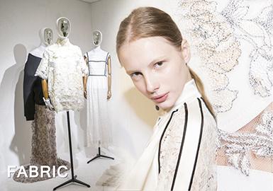蕾丝花卉元素通过线性感的股线织造工艺,展示出蕾丝独特的风格魅力,无论棉感蕾丝还是尚蒂依蕾丝,通过流行的运动元素与时尚款式结合,把蕾丝的多元性凸显出来,成为时尚爆款研发必备的元素之一。