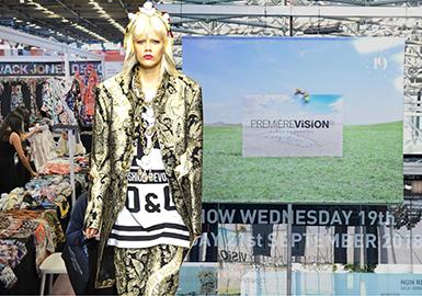 巴黎 PREMIERE VISION 2019春夏季的首展,呈現了各大印花工作室新鮮出爐的最新季設計。今年的展會地點設在時尚之都巴黎,規模之大意味著買手能有更多時間造訪各個工作室,挑選2019春夏的新穎印花面料 提花面料與剪花面料等。買手們根據近期的T臺趨勢搜尋新意。知名的英國工作室 以及少數來自歐洲其他地區以及國際的印花花型工作室皆有參展。