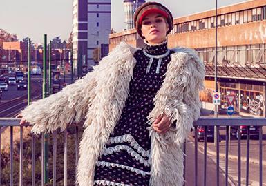 商務風也是女士穿著選擇的一種風格,這種廓形有點懷舊復古感受的經典款夾克不僅僅出現在男裝當中,女款也是很流行的款式。
