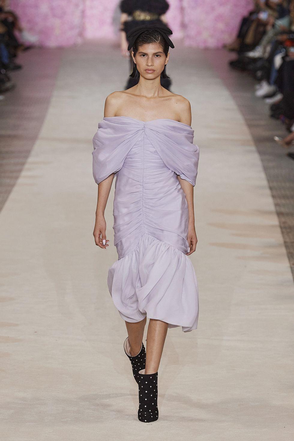 淡紫色连衣裙