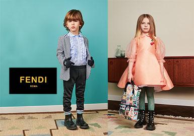 在FENDI的2019春夏季订货会上,紫色、粉橘色和黄色非常醒目亮眼。黑色、黄色占比较大,白色、淡蓝色、粉橘色和藏青也占据了一定比例。在各品类中,T恤、外套和裤子的占比较多,裙子、卫衣和POLO衫次之,图案以Friends的满印为主,醒目的logo印花也非常独特。