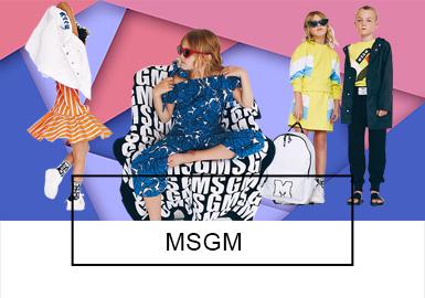 MSGM是由意大利设?#21078;assimo Giorgetti于2008年创立的品牌,2年时间内就?#26438;?#33719;得成功,所以当设计总监Massimo Giorgetti于2014年进军童装时大家并不觉得意外。MSGM Kids?#26377;?#20102;MSGM男装与女装的特点,以大胆设计,鲜艳色彩而闻名。顶级的设?#21078;?#24418;容MSGM kids系列代表?#29275;?#26356;加酷,更加时髦的孩?#29992;?充满了各种印花的童装,打破了传统的女孩甜美,男孩帅气的童装风格,而更加具有个性,适合现在越来越独立、品位卓越的孩?#29992;恰?> <i class=