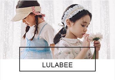 Lulabee是韩国bluedog旗下童装品牌,具有很高的人气。品牌主要针对婴幼童和甜美的中大童女孩儿。在2019?#21512;模?#35774;?#21078;?#36890;过花卉、横格纹等?#21450;福?#36816;用柔美的网纱拼接、绣花等工艺,从细节上展现出女童娇美、靓丽的一面。