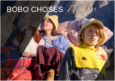 BOBO CHOSES是西班牙著名童装品牌,由两位艺术指导Laia Aguilar和Adriana Esperalba于2008年创立。充满想象力的印花图案点缀,色彩干净温馨,质地柔软舒适,使品牌迅速风靡世界。用孩子般的创造力与想像力来设计衣服是Bobo choses的一贯宗旨。独有的自我表达有一种特别的文艺气息,风格创新却不失情怀,每季新品都会以一个故事背景,并透过各类主题让孩子认识世界。Bobo Choses19秋冬系列--我们宇宙(We Cosmos),以此献给那些知道我们都是由星星组成的孩子们。