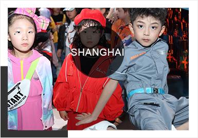 """SS2020 KIDS WEAR上海時裝周童裝發布會迎來了第八季,本次一共有26個童裝品牌聯合上演,秀演全面覆蓋國內外高端童裝品牌、原創童裝設計師及海外設計師品牌。本季的KIDS WEAR延續了以往的秀場表演、互動體驗和""""即看即買""""為一體的風格,此次增設的聯名款童裝發布,嫁接起品牌與商業終端的展示平臺。本季發布會的主題為""""JUST FOR FUN"""",通過絢麗的色彩和歡快的主題,令人感受到孩童天性的釋放。"""