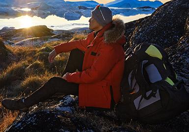 位于北极的格陵兰岛,纯净如人间圣境,而全球变暖加速,北极熊无家可归,我们所认识的北极正在一点一点消失。海澜之家携手国家地理远征北极,邀请中国探险家刘勇,国家地理旅行摄影大赛全球总冠军储卫民@Thomas看看世界 ,身着探险者鹅绒系列挑战-20℃凛冽极地,考察真实北极环境。海澜之家鹅绒系列,精选高蓬松度白鹅绒,采用双层压胶技术,有效提升锁温力,不畏严寒!所用面料也十分考究,便于运动,轻松解决冬日户外需求!