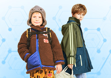 男童夹克一直都是关注度较高的单品,基于POP用户近一个月针对男童夹克款式下载量进行互动数据分析,综合评选出男童夹克TOP热榜。其中时尚休闲占28%位居风格榜第一,其次是日韩风格占24%;字母和动物是男童夹克中比较关键的图案;而拼接以30%的占比远高于其他工艺。近一个月来客户对男童夹克最为关注的是中国地区,款式占比高达59%,其次日韩品牌占27%,欧美等其他地区占14%;客户近期对童装市场关注度较高,近一个月来客户对男童夹克最为关注的是中国地区,款式占比高达59%,其次日韩品牌占27%,欧美等其他地区占14%;客户对于商拍的款式关注度也非常高,在TOP100款式中,童装的批发商拍12%的夹克款式来源于织里地区,2%来源于杭州地区。(此数据截取时效为2019.11.08-12.07日期间)