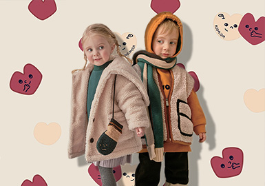 """来自韩国的童装品牌moimoln结合了芬兰语""""moi(你好)""""和瑞典语""""moln(云朵)"""",碰撞而出这一蕴含新北欧情感的品牌——""""你好,云朵! """"。今冬延续了来自斯堪的纳维亚半岛的北欧风情,以亮眼的色块,协调的搭配,展现跃动在冬季的小美好。"""