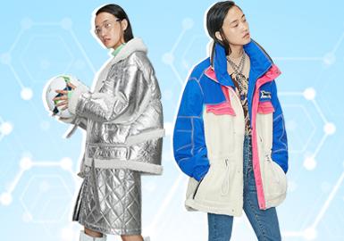 基于POP用戶下載互動數據,綜合評選出女裝皮革皮草單品TOP熱榜。在近一個月榜單中,皮革皮草款式以運動休閑和簡歐中淑風格為主;夾克相較于其他單品,仍居主導地位;臨近歲末,棉服/羽絨服的熱度下降,受氣候影響,尼克服的關注度也比上月降低,但大衣款式的關注度略有增長。