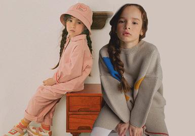 来自韩国的童装品牌Roanjane,是Roa和Jane的妈妈创立的品牌,崇尚简约舒适,服装和系列家具多以纯色为主,区别于热闹活泼的印花,该品牌更擅长冷静感十足的条纹设计和几何拼搭,为孩子寻找快乐时尚。