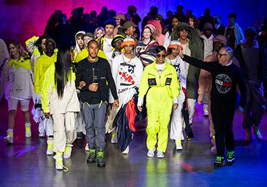 纽约品牌 Tommy Hilfiger 本季选择前往伦敦时装周亮相 2020 秋冬系列,此番品牌延续「vision to waste nothing and welcome all」的愿景,继续深入在可持续时尚领域的探索。2020 秋冬秀场,Tommy Hilfiger 带来与 Lewis Hamilton 的全新合作系列,以赛车手作为主题灵感,其中超过 75% 的款式采用可持续方式打造,包括 100% 的有机棉、回收材料、羽绒替代品和水洗丹宁布,融合 Tommy Hilfiger 的男装传统与 Lewis Hamilton 的街头服饰风格,一系列军绿及中性色调与高饱和霓虹色混合在一起。