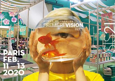 巴黎Premiere Vision Designs是世界最具权威的花型图案设计展会,2021春夏花型&图案展会受到疫情和社会动荡的影响,从自然追溯的美学中提取灵感,融合数字虚拟的未来技术,合成引领全球的花型图案潮流方向。Premiere Vision Designs花型图案展馆,用图形的装饰性体验来拉进与会人员与图形设计之间的连系,可持续再生面料制作手提袋和包装盒成为画板,展示出自然美学与数字艺术的纽带,从数字滤镜处理后等花卉图形,唤醒新女性浪漫风的人工感回潮,数字晕染、地貌纹理和几何重塑的更新,呼吁印花图案的行业升级变革,中世纪的星象图形,更是用过去来寻找未来图形创新优势
