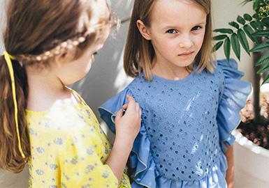 成立于2011的北歐設計師品牌Paade Mode,2020春夏以植物標本室為靈感,講述了一個關于生命、記憶、信念的故事,試圖喚醒人們對于那些存在于老照片、藝術畫作、書籍中的美好自然的記憶,從而珍惜并且保護好我們現在擁有的一切。從精致的夏季棉布、舒適的運動針織面料及亞麻布,到奢華的絲綢和刺繡,2020春夏Paade Mode延續了其混搭的標志性風格,融入環保理念,為孩子們打造了一個迎合各種場合的完美衣柜。