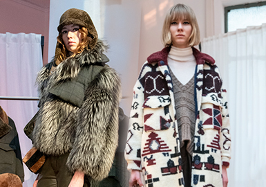 Simonetta Ravizza品牌一直将重点集中在设计轻松、休闲、简洁的现代成衣上,采用精良的设计,将轻盈的面料与不同种类的皮草搭配。Simonetta Ravizza与Loro Piana合作,推出了由稀有羊毛纱线织成的材料,这种纱线来自意大利中部偏远山谷的牧场,那里遵循古老的繁殖传统饲养动物,产量受到严格限制,所以纱线表面很粗糙。Simonetta Ravizza将其编织成自然色的格纹和威尔士亲王花纹,并制成70年代风格的宽松夹克、大衣、运动装。品牌还致力于尝试人造皮草的使用,并减少皮草的使用面积,这无疑是品牌立足当下,迎接未来的明智之举。