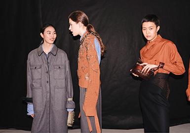 """成立于2010年的N°21十周年大秀选址与米兰一直在变革和冒险前行,N21 2020-21 秋冬系列采用""""不规则""""设计,为女性指明更加新颖自由的方向。极简却不无趣的风格在本季度得到变革,链条、别针等针对年轻人的装饰被应用在衣服上,大量不对称、解构风、超比例裁剪的模糊性别服装出现在季度中,值得重点关注是本季针对衬衫领部做的变形结构装饰;以及单一系列中出现以亮片面料为主的复古DISCO风格及其吸睛。"""