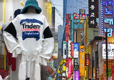 新一季的韩国市场更加注重已有细节元素的延续与创新设计,荷叶边装饰、木耳边领、蕾丝花边装饰的应用使得单品更具青春少女感;撞色裁剪拼接与艺术手绘图案,以及百变潮酷的运动风卫衣,赋予单品别样的造型感与趣味性。文艺清新的棉麻小衫,结合抽绳、褶裥、扎结、系带、木耳荷叶边等多重设计,展现了新一季韩系女孩的多变与超强的驾驭能力。
