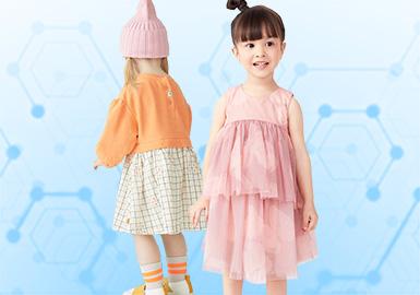 基于二月用户浏览搜索互动数据及专业市场调研分析,综合评选出女童连衣裙单品TOP热榜。时尚休闲、日韩风格、新锐设计是重点关注风格,其中日韩风格以中小童、婴幼童为主,卫衣裙、满印全棉梭织裙占据主要地位,新锐设计则以夸张版型、解构设计为主,时尚休闲风格中,网纱叠加占比明显上升,校园风则以运动拼接、海军条纹为主要设计元素。