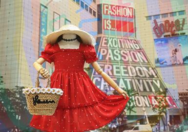 通过对韩国童装批发市场的实时跟进与分析,本季女童连衣裙无论廓形风格还是款式细节都是精彩纷呈、百花齐放的。气质的公主纱纱裙,时尚休闲的针织连衣裙,以及各种充满设计感的小细节都能打动人心,给人赏心悦目的感觉。