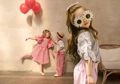 Jujubong是韩国一个设计师妈妈(Bom)为儿子(Juju)创立的品牌。她的设计理念是,简单,时尚,好玩。在2020春夏Jujubong以时尚校园为主,融合田园花卉、波点等元素为孩子们带来简单的快乐。