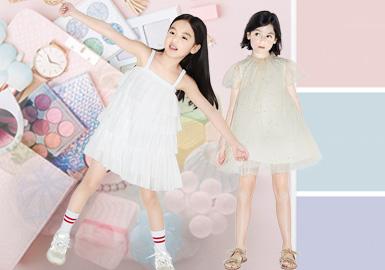 2020春夏本季女童连衣裙标杆品牌主要以时尚休闲、新锐设计为主。其中各品牌都有涉及的仙女范儿十足的飘逸网纱裙是本季的一大亮点。GXG.kids、Mini Peace改良版的国风连衣裙也是别有一番风味;MQD、Balabala充满个性的拼接造型也给本季连衣裙带来不少新鲜感;little MO&Co连衣裙则另辟蹊径在服装后背做文章,为传统连衣裙注入新的生机给人不一样的视觉体验。