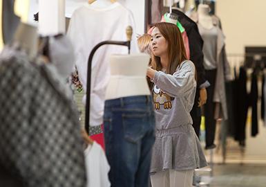 疫情拐点影响下,韩国东南大门服装批发市场逐渐增加的人流体现有所好转市场,市场中款式大多已偏向清凉感的款式;另外受当下BM风影响,具有膨胀视觉的上身露脐装和腰带装饰的单品开始在市场占比中呈现出明显的上升趋势;