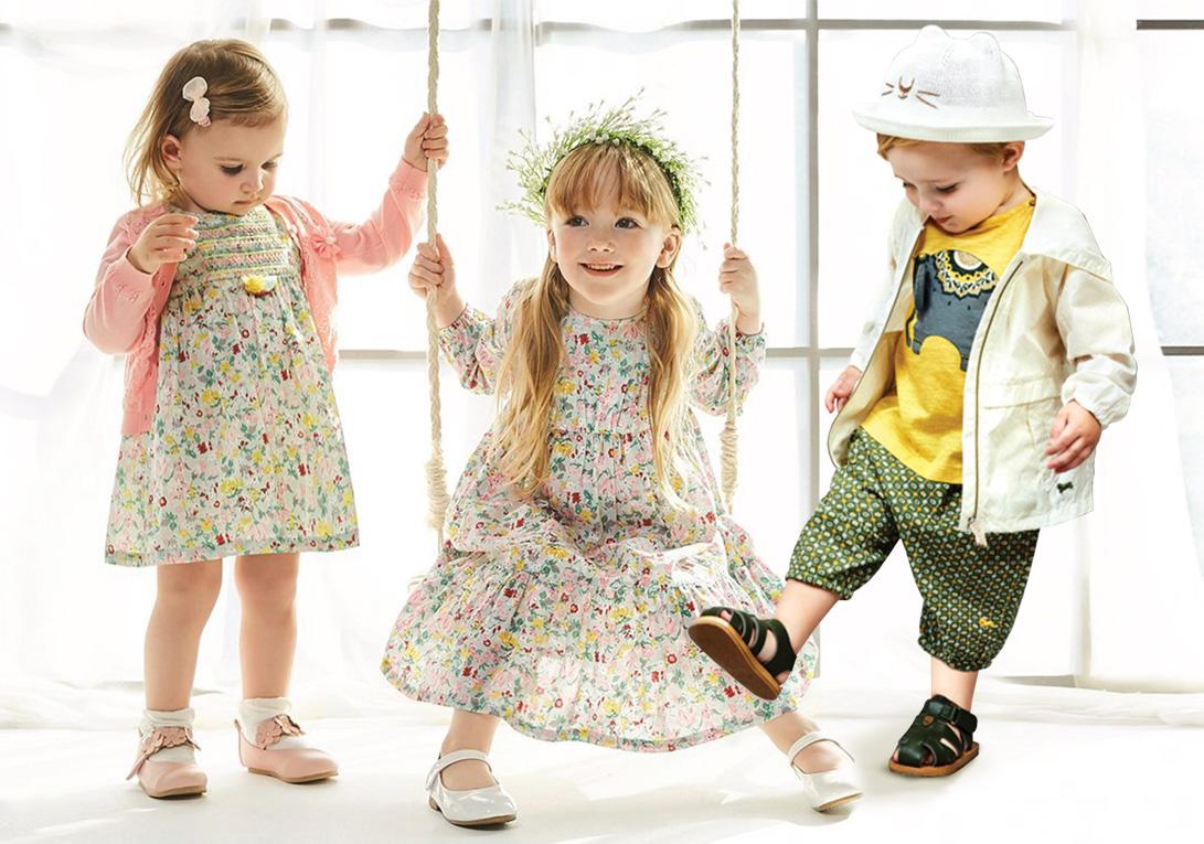 创立于1979年的韩国婴幼儿服饰用品公司agabang&company阿卡邦公司,2002年与设计师洪恩珠合作推出主打欧式风格的ETTOI品牌,将英式正统风格以现代摩登方式诠释,展现悠闲的新生活。2020SS,ETTOI延续品牌一贯的高端调性,呈现专属ETTOI的春夏系列。