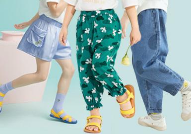 根据2020春夏女童五大标杆品牌(Mini Peace、Balabala、little MO&Co、MQD、GXG.kids)数据显示,女童裤装受疫情影响居家休闲类和舒适打底类下装占比较以往有所提升,轻薄舒适的灯笼裤与运动打底裤是本季度的一大亮点,多品牌都有涉及。作为流行多时的牛仔裤因其极强的可塑性,百搭性、耐穿性也是今年的一大热点。