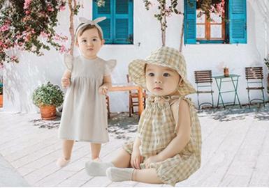 创立于2010年的韩国婴幼童品牌HAPPY PRINCE,以优雅简约风格、安全舒适的面料为大众所喜爱。在2020SS HAPPY PRINCE以宝宝着装的舒适性和安全性为核心,将以往的优雅风格进行延续。设计上以柔和色调搭配舒适的材质,结合连衣裙、包屁裤等主要款式廓形,打造一个萌趣舒适的童年。