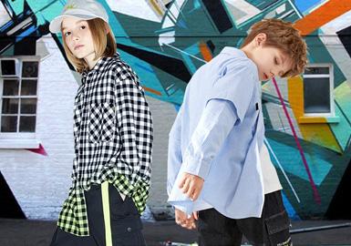 根据2020春夏男童五大标杆品牌(little MO&Co.、MQD、GXG.kids、Mini Peace、Balabala、)数据显示,春夏季衬衫款式主要以微潮、休闲、校园、复古等风格为主。条纹、格纹元素在本季依然热门,除此以外微潮款式与文字结合运用潮流时尚,值得关注。