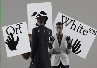 Off-White 2021早春男装系列相较以往大胆反叛的高街设计,此季男装系列更加成熟。弱化了街头元素,将设计简化。简洁精致的风衣、西装中点缀街头元素,游走在街头与高定秀场之间,让这个曾经的街头潮牌变得更加实穿起来。