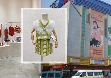 本篇款式主要源于最新的杭州四季青童装批发市场,受到疫情影响,本季批发市场的客流量有所下降。而通过对于7月批发市场的调研发现:色彩上整个批发市场主要以绿色调、橙红色调、黄色调以及黑白灰组成;材质上蕾丝花边、网纱运用更加广泛;细节上抽绳、亮色装饰时尚而具有特点;款式上毛衫成套设计开始持续发酵。