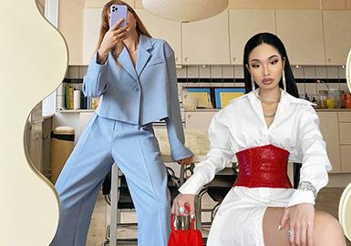 介于职场穿搭的热度持续高涨,小编综合ins博主的人气穿搭法则,整理出时尚职场穿搭中对于身材的局限性小的:箱型短西装、醋酸衬衫、棉麻衬衫、过膝长裙及博主们最爱的梯形上装,这些款式的穿搭更加适合亚州女性。其中贯穿的穿衣法则是凸显腰节线,从款式的廓形、腰带或是叠穿搭配凸显时尚职场女性的干练洒脱。
