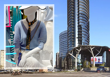 桐乡女装毛衫批发市场一直是以简欧中淑和时尚休闲两种风格为主,而在2020早秋中淑风格的占比明显提升,纱线方向重点强调薄透、柔软和绒感,以透明丝、马海毛、亮片纱最为突出;工艺细节则更加注重展现精致浪漫的小女人气质,蝴蝶结、木耳边、蕾丝以及细针的使用需着重关注。